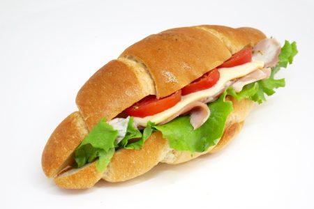 ライ麦塩パンのスモークハムサンド